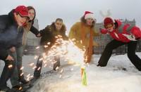 Даже с таким маленьким фейерверком надо обращаться очень осторожно. Фото с сайта old.moygorod-online.ru