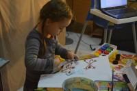 Сначала дети рисуют всех персонажей мультфильма, а потом их вырезают.Фото Алены КАЗАНЦЕВОЙ