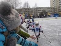 За «своих» мальчишек девчонки болеют целыми классами.Фото cap.ru