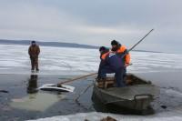 Неосторожное поведение на льду приводит к беде.