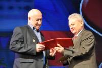 Леонид Никитин (слева) – лауреат премии имени Семена Эльгера.Фото cap.ru