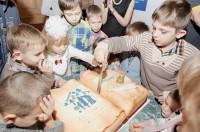 О судьбах детей сирот рассказывают и фильмы, и дневники приемных семей. Фото с сайта i0.wp.com