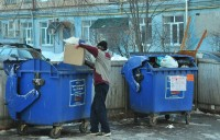 Выбрасываем поштучно, а расплачиваемся за кубометры.Фото Олега МАЛЬЦЕВА