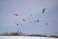 Разноцветные парашюты кайтов разукрасили небо.Фото cap.ru