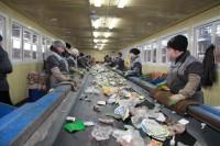 Сортировщики на новом полигоне работают без защитных масок.Фото cap.ru