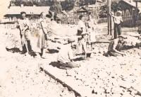 Бригада каменщиков Александра Бахарева работала на закладке сквера Чапаева, площади Республики, набережной Волги (1950-е годы).