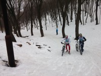 С велосипедом по сугробу быстро подняться сумеет не всякий. Фото с сайта СДЮСШОР-3