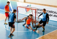 «Соколы» в синих манишках прижали соперников к воротам. Фото cap.ru