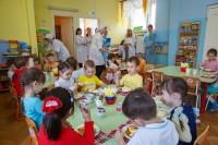 По всем правилам родители надели белые халаты. Фото Максима ВАСИЛЬЕВА