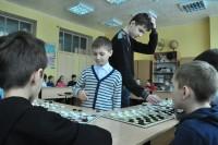 Артем Тихонов (слева) и Даниил Леонидов щелкали шашки как орешки.Фото Олега МАЛЬЦЕВА
