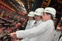 В цехе «Высота 239» Михаилу Игнатьеву рассказали, что 70 процентов работников предприятия имеют высшее образование. Фото Олега МАЛЬЦЕВА