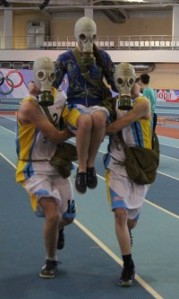 Спортивные нормативы сдают даже в противогазах. Фото cap.ru