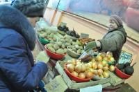 А кто-то за картошкой все равно идет на рынок. Фото Олега МАЛЬЦЕВА