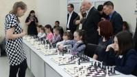 Валентина Гунина даже платье в черно-белую клеточку надела, чтобы соответствовать «шахматному» имиджу. Фото cap.ru