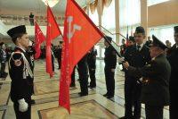 Копии Знамени Победы школьники получили из рук ветеранов. Фото Олега МАЛЬЦЕВА