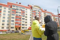 В симпатичном доме по улице Дементьева в Чебоксарах госжилфонду принадлежит 123 квартиры, 10 из которых выкуплено. Коллаж Максима ВАСИЛЬЕВА и Ольги ЛЕБЕДЕВОЙ