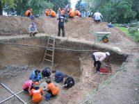 Где-то здесь, возможно, похоронена опальная старица. Раскопки 2013 года. Фото Игоря ГЕРАСИМОВА из архива редакции