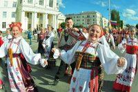 Многонациональное шествие – визитная карточка фестиваля. Фото Олега МАЛЬЦЕВА из архива редакции