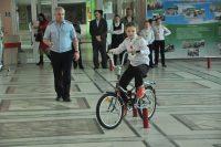 Езда на велосипеде тоже требует знания правил. Фото Олега МАЛЬЦЕВА