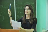 Алена Аршинова переживает за пишущих.Фото Олега МАЛЬЦЕВА
