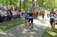 Бегущих по дорожкам сквера активно поддержали болельщики. Фото ЧГУ