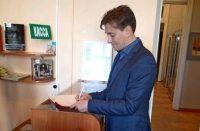 В книге почетных гостей музея Сергей Безруков рисовал солнечные лучи. Фото ЧГХМ