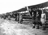 На таких самолетах учили летать в авиационной школе № 14 (кадр из фильма «Небесный тихоход», 1945 г.). Фото: kinopoisk.ru