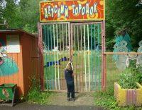 Забор и ржавые конструкции «Детского городка» недавно снесли. Теперь площадку должны благоустроить.Фото vk.com