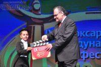Художественный руководитель фестиваля и «Чарли Чаплин» из детского ансамбля: «Внимание! Начали!» Фото Олега МАЛЬЦЕВА