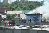 Тушить пожар по проспекту Мира выехали три автоцистерны.Фото Олега МАЛЬЦЕВА