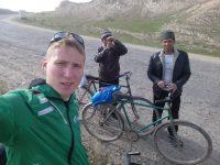 По пути велосипедист успевает еще и селфи делать. Фото chebnovosti.ru