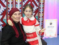 Каждый лауреат получил диплом из рук старейшей актрисы Чувашии и ее автограф.Фото Национальной библиотеки