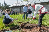 Ведущий «Поля чудес» Леонид Якубович надеется, что посаженная им яблонька даст хороший урожай.Фото cap.ru