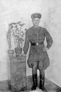 Последняя предвоенная фотография: Михаил Иванов в звании младшего воентехника.