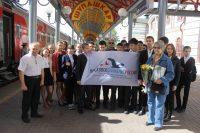 Представители поисковых отрядов Чувашии вышли на вокзал встречать гостью из Москвы (на фото справа).