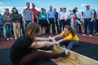 Масс-рестлинг – соревнования по перетягиванию деревянной палочки.Фото Максима ВАСИЛЬЕВА