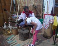 Дети с интересом крутили старинные жернова.Фото автора