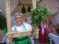 Бабушка Вера учила вязать веники.Фото автора