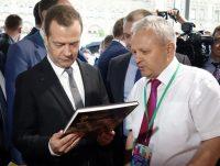 Дмитрию Медведеву подарили этнокультурный портрет Чувашии.Фото cap.ru