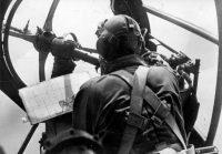 Штурман немецкого бомбардировщика «Хейнкель» He-111 у носового 7,92 мм пулемета MG-15.