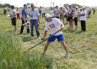 Александр Политов (№ 58) красиво выкосил траву. Фото Минспорта