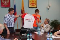 Николай Николаев и ректор ЧГУ Андрей Александров готовы примерить «марафонскую» майку.