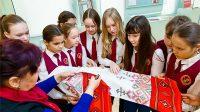 На «живых уроках» школьников знакомили с секретами чувашской вышивки.
