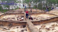 Самое трудное – сделать огромные раскопы. Потом начинается самое интересное. Фото Риты КИРИЛЛОВОЙ