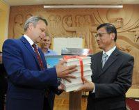 Подаренные книги пополнят библиотеки обоих университетов. Фото Бориса ФИЛАТОВА