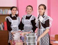 Ангелина Иванова (справа) с одноклассницами Еленой Григорьевой и Юлией Лаврентьевой, тоже получившими высокие – за 90 баллов – оценки по ЕГЭ.Фото Людмилы ШУРЕКОВОЙ