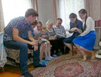 Совместный просмотр фотоальбомов – еще одна традиция семьи Тимановых.Фото автора