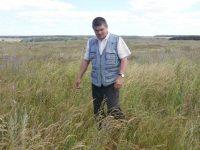 Владимир Иванов на заброшенном поле размышляет, как быть с незадачливым инвестором…Фото автора