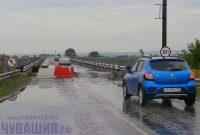 Движение транспорта по мосту с первых дней восстановительных работ практически не прекращалось. Фото Вячеслава ИВАНОВА из архива редакции