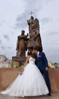 Памятник, посвященный любви и верности, приглянулся молодоженам.Фото cap.ru